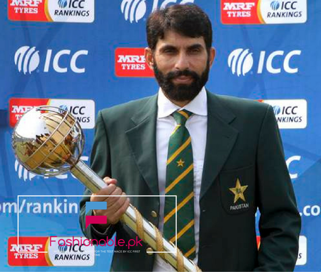misbahh-areceived-award-for-the-test-mace-by-icc-first-time