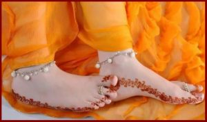 new-beautiful-mehandi-designs-for-feet